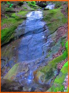 Потічок святилища Ярила з голубою водою